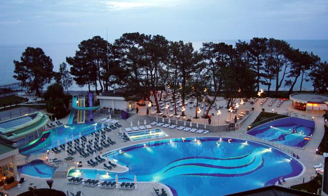 Кемер – курорт на средиземноморье Турции, который просто утопает в зелени.